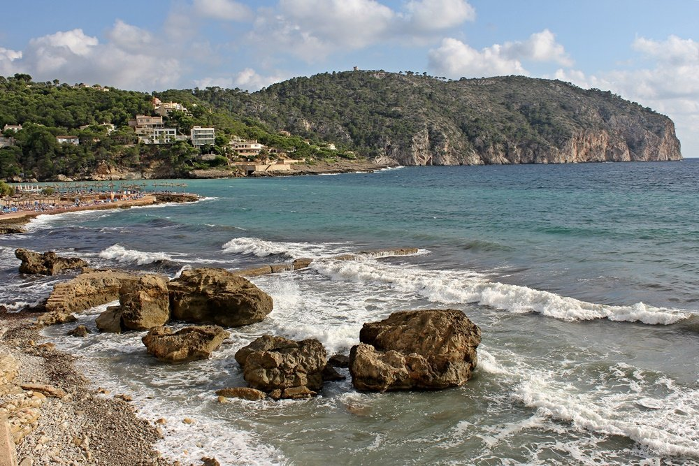 Wanderung auf Mallorca, Blick vom Strand in Camp de Mar zum Torre d' Andritxol