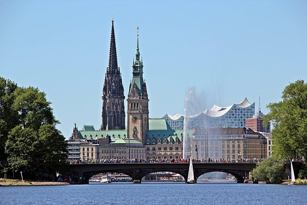 24 Stunden in Hamburg, Elbphilarmonie, Nikolai-Kirche, Rathaus von der Innenalster aus gesehen