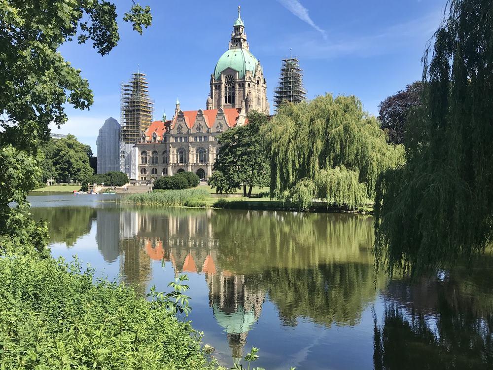 Maschteich am Neuen Rathaus, Spiegelung im Teich, alter Baumbestand, Der rote Faden, Maschpark