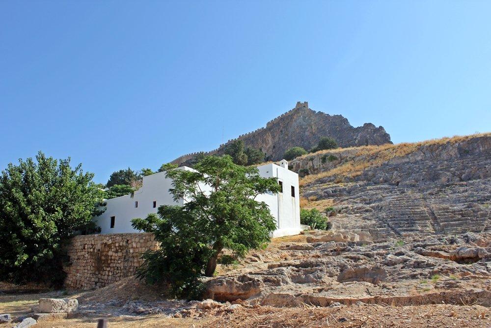 Amphietheater unterhalb der Akropolis in Lindos, Ausflugstipp für Rhodos