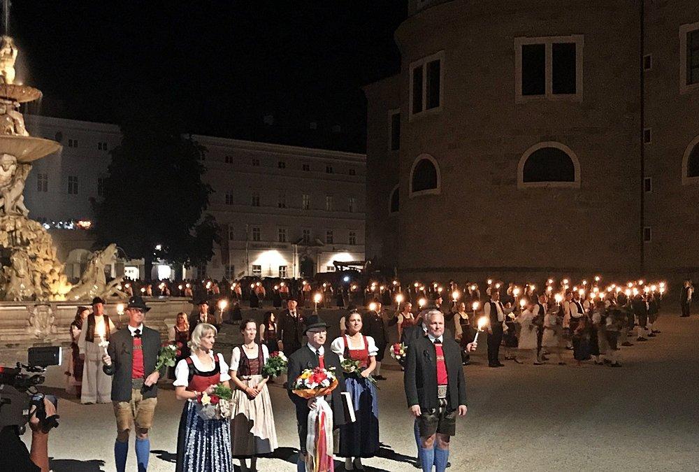 Salzburg zur Festspielzeit, Fackeltanz, Menschen in Trachten