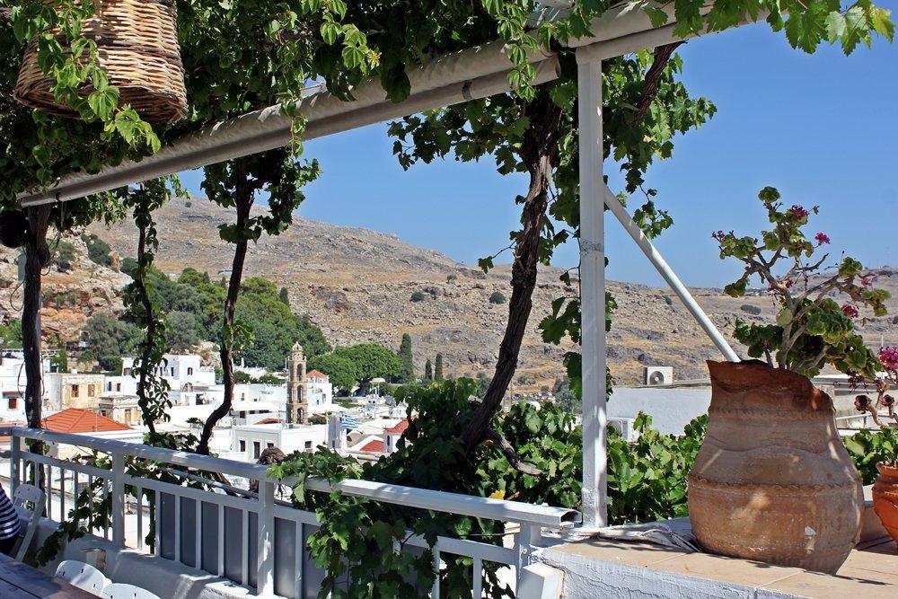 Terrasse mit toller Aussicht in Lindos, Tipps für einen Lindos Besuch. Ausflugstipp für Rhodos