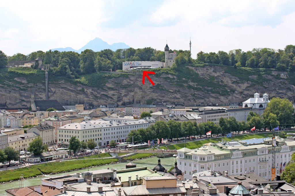 Blick auf den Möchsberg Salzburg und das Restaurant M32 und das Museum der Moderne vom Kapuzinerberg aus. Tipps für ein Wochenende in Salzburg