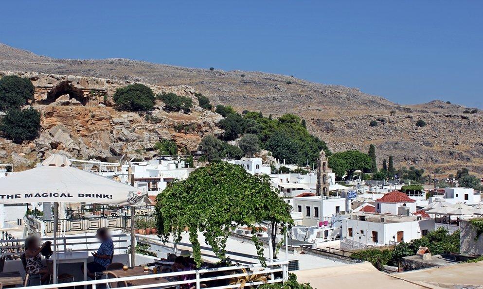 Blick auf die weißen Häuser von Lindos, dass an einem Felsen liegt. Ausflugstipp für Rhodos