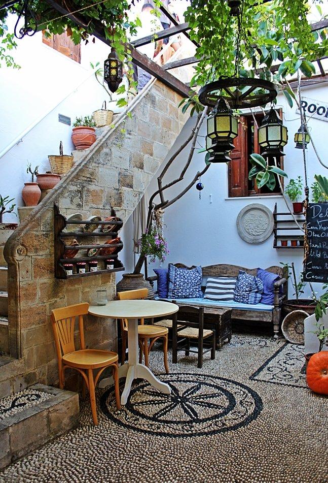 Mit einem Mosaik aus Steinen ausgelegter Innenhof in Lindos. Ausflugstipp für Rhodos