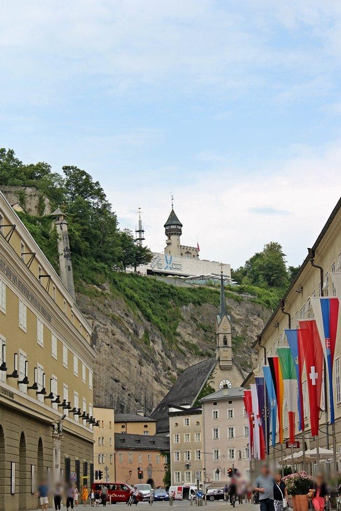 Hofstallgasse in Salzburg mit Blick auf den Mönchsberg und das Museum der Moderne. Das Festspielhaus und die Felsenreitschule liegen in der Hofstallgasse. Tipps für ein Wochenende in Salzburg