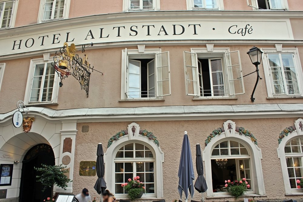 Rosa Fassade Altstadt-Cafe Salzburg