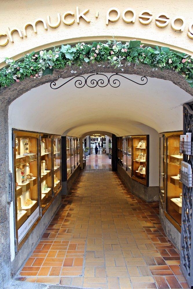 Durchhaus in Salzburg, dass die Getreidegasse mit benachbarten Plätzen und Straßen verbindet, Wochenende in Salzburg
