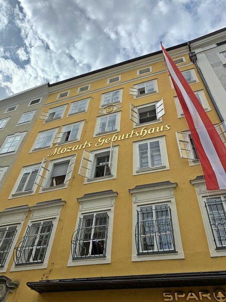 Mozarts Geburtshaus befindet sich in der Getreidegasse in Salzburg. Mit seiner gelben Farbe sticht es gleich ins Auge. Ein Tipp für ein Wochenende in Salzburg.