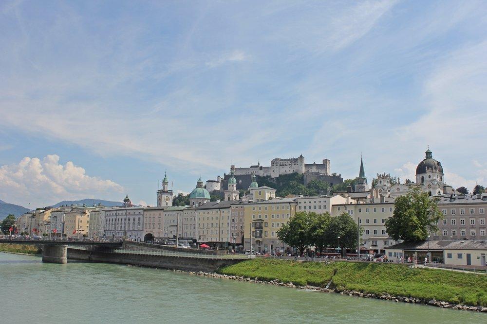 Blick auf Altstadt und Feste Hohensalzburg vom Makartsteg aus
