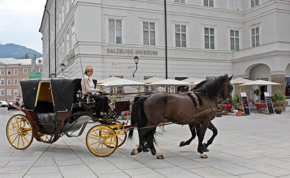 Festspielzeit in Salzburg, Fiaker auf dem Residenzplatz, Außergewöhnliches Wochenende zu den Festspielen