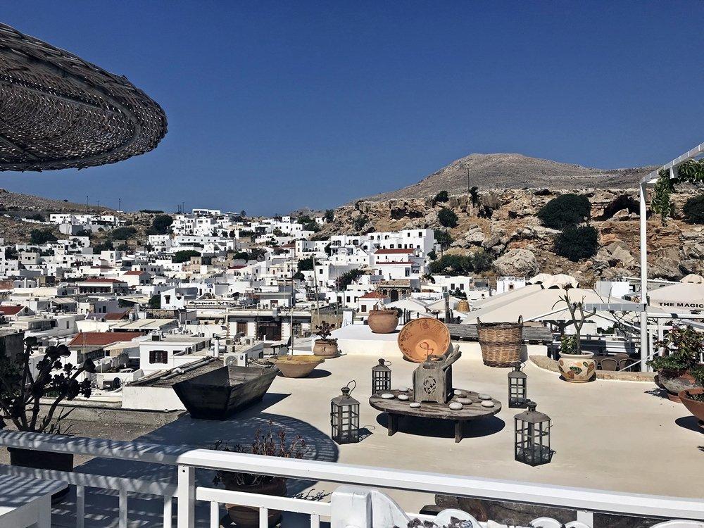 Von der Terrasse der Cesar Meze Bar ein traumhafter Blick auf die weißen Terrassenhäuser von Lindos