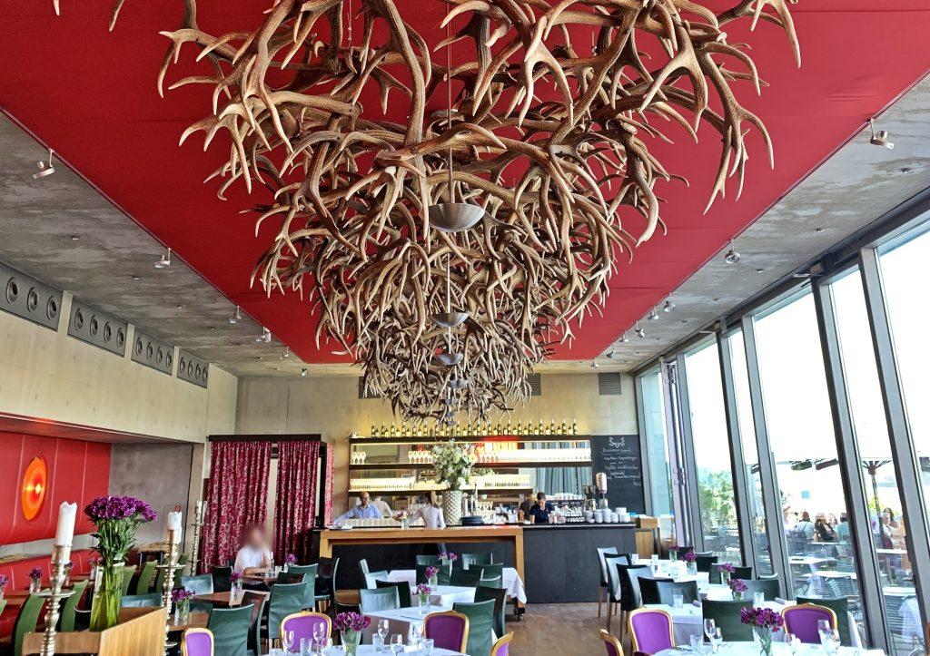 stylisches Restaurant m 32, Hirschgeweihe Deko