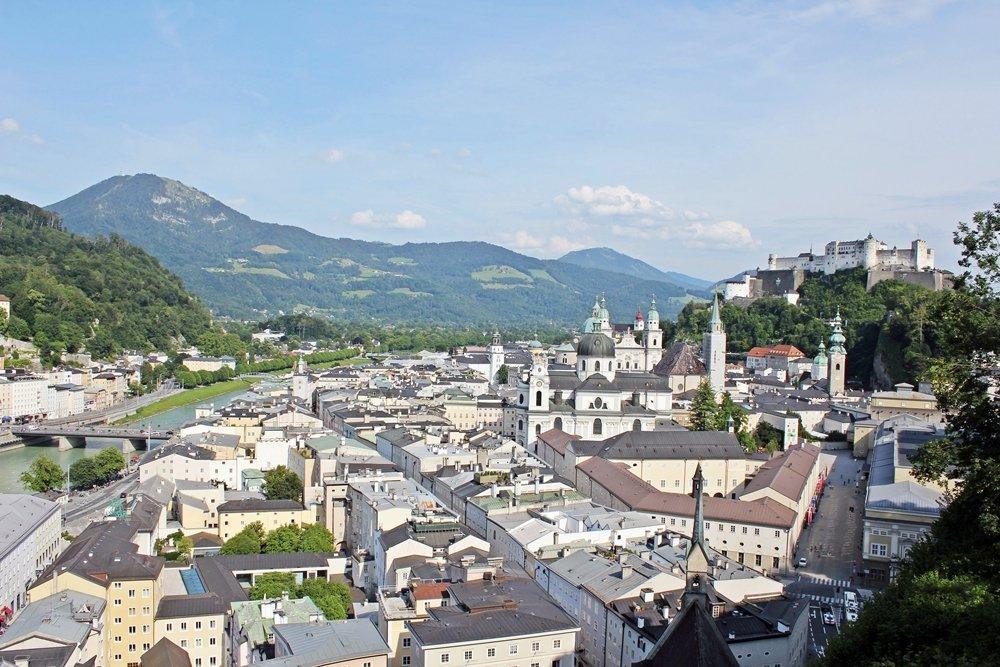 Blick auf Altstadt Salzburg und die Feste Hohensalzburg. Die Salzach trennt die linke und rechte Salzburgseite. Tipp für ein Wochenende in Salzburg