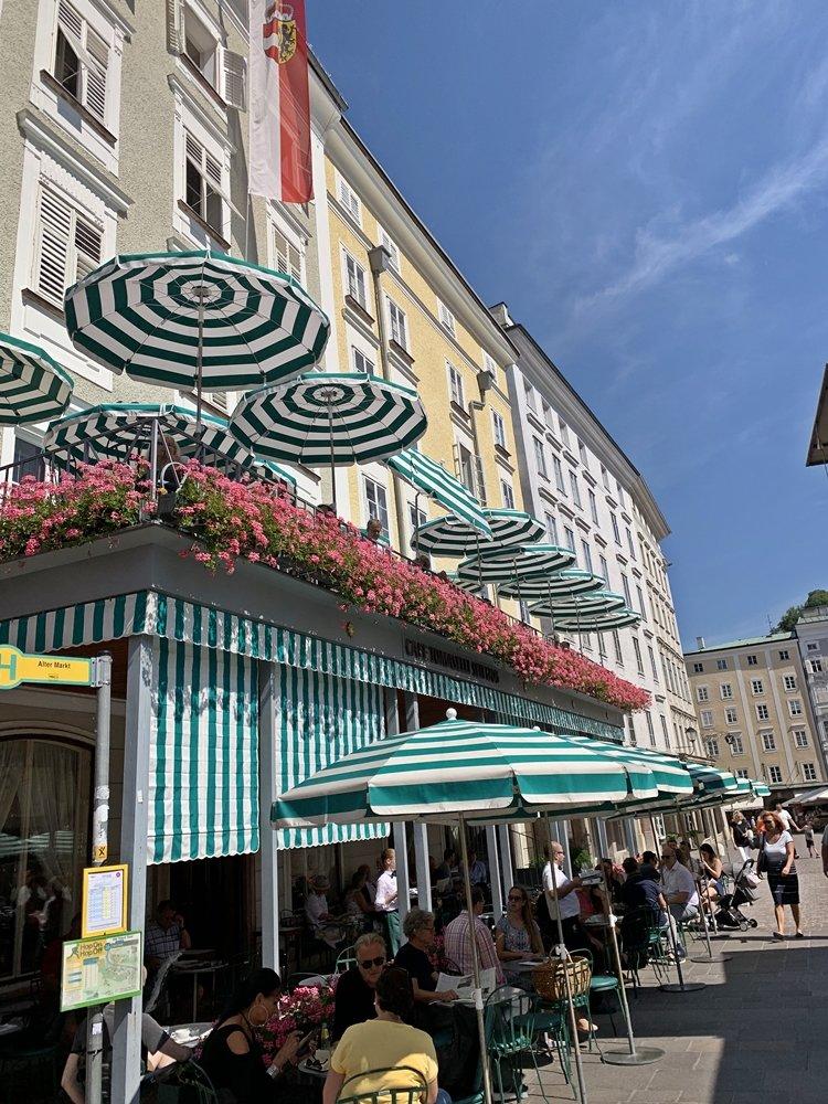 Cafe Tomaselli Salzburg mit handgefertigten Sonnenschirmen