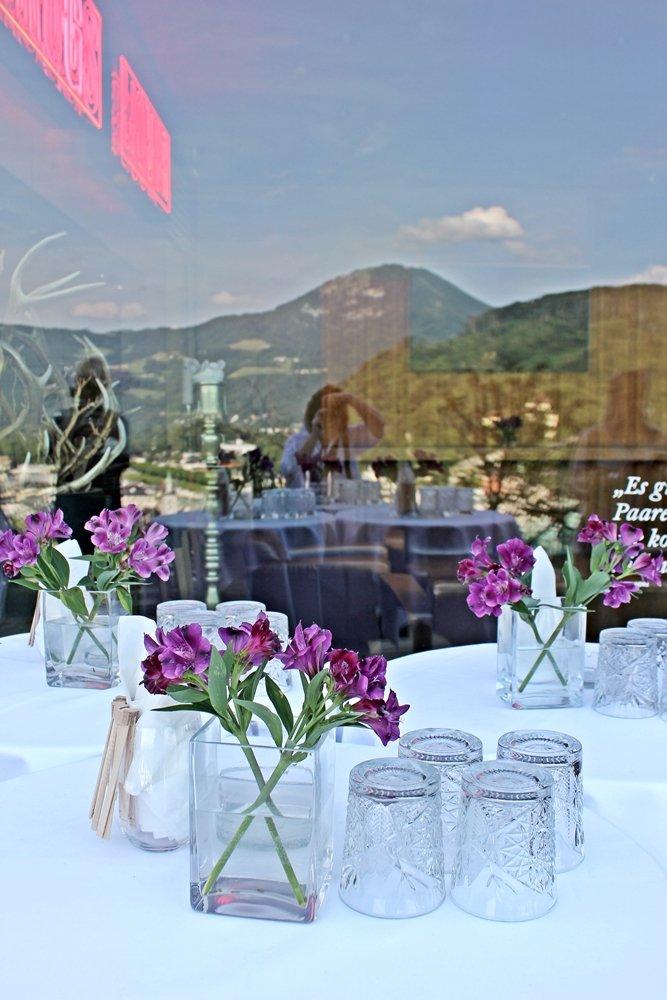 Spiegelung in Restaurantfenster mit Blick auf Salzburg