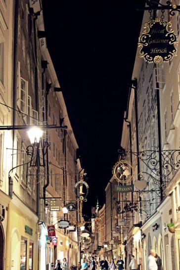Getreidegasse romantisch beleuchtet bei Nacht, Tipp Wochenende in Salzburg
