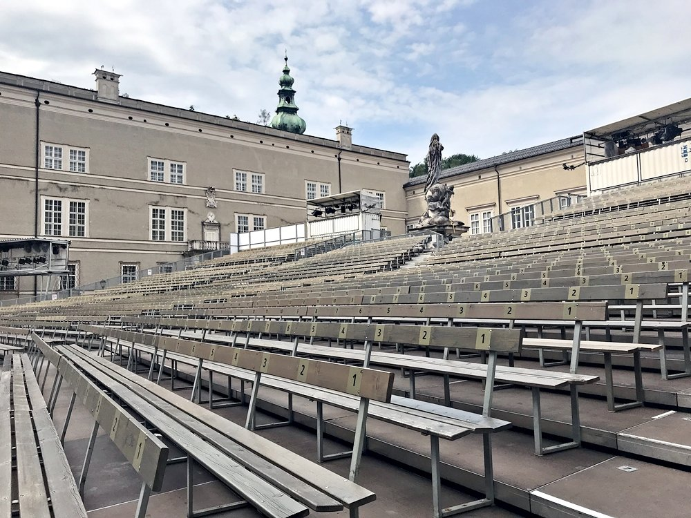 Zuschauerränge bei der Jedermann Auffführung zur Festspielzeitt in Salzburg