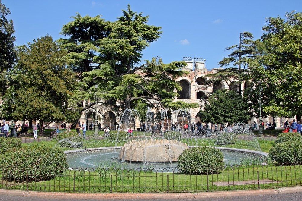 Brunnen vor Amphitheater Verona, Tipps für einen Tagesausflug nach Verona